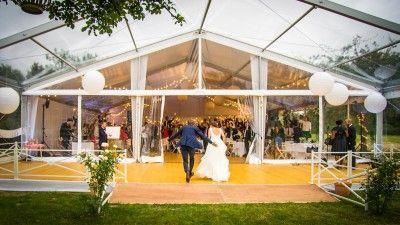 Entrée des mariés pour un mariage dans une tente