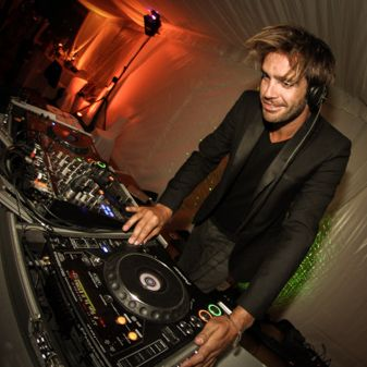 DJ Deminuit dans un mariage entrain de mixer
