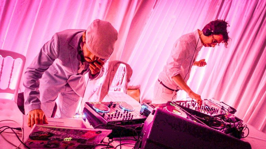 Deux DJ dans une soirée à Paris