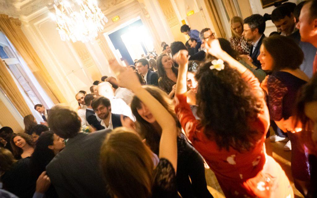 Danseurs dans un salle de mariage