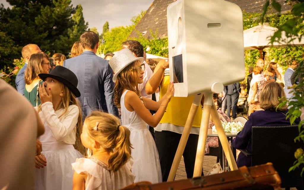 Un enfant utilise un photobooth