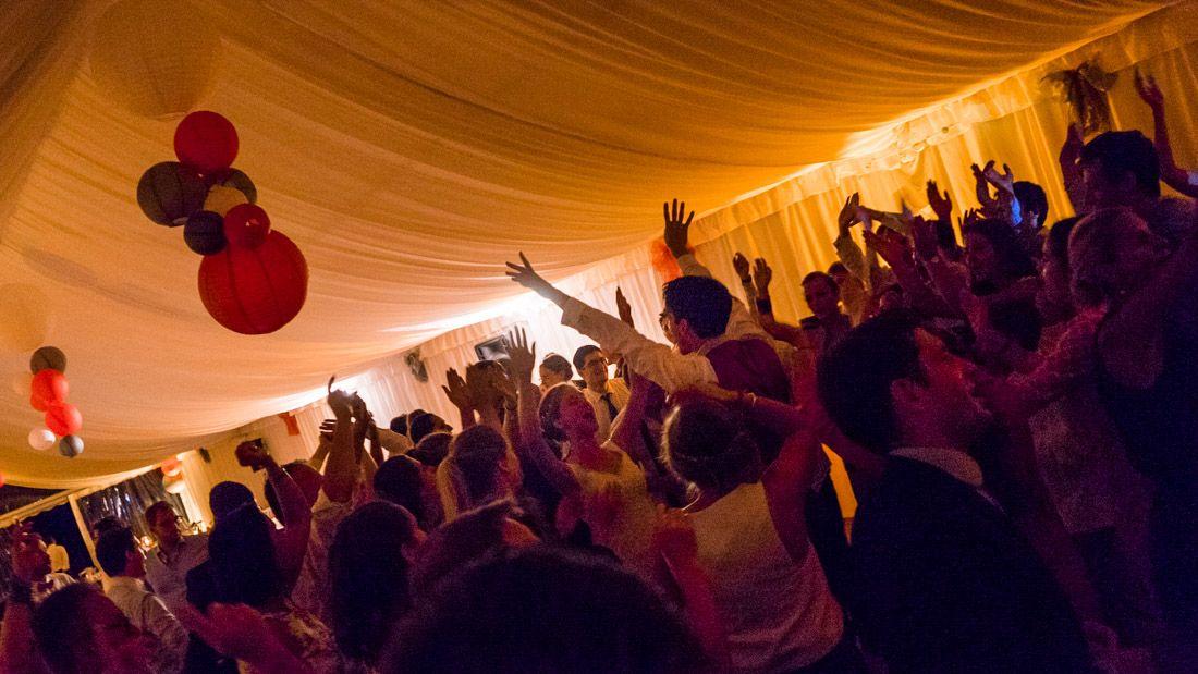 Ambiance soirée de mariage dans une tente en Normandie