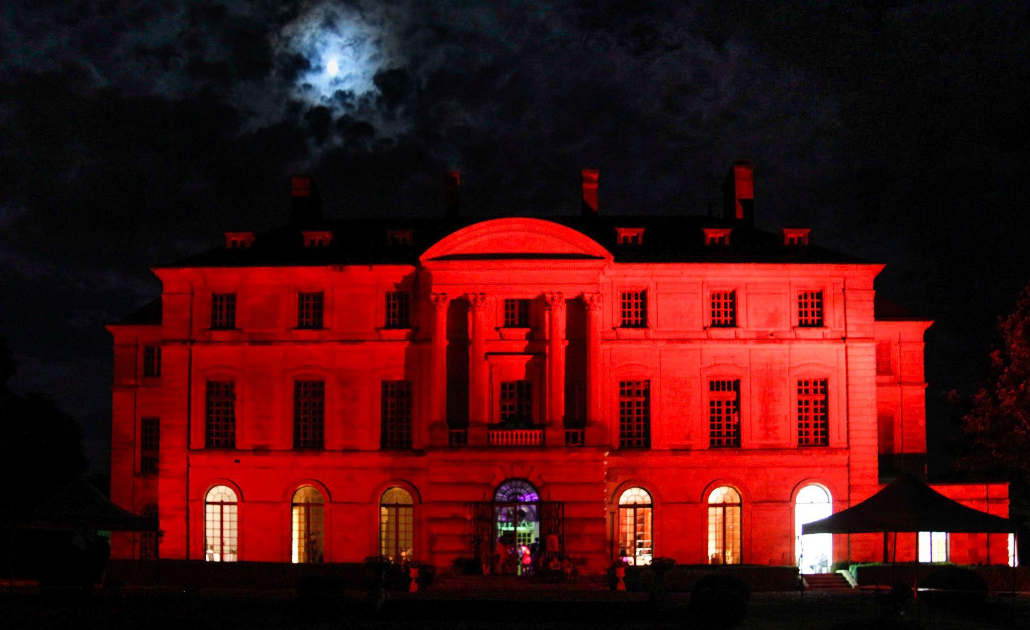 Façade éclairée du Chateau de Montgobert
