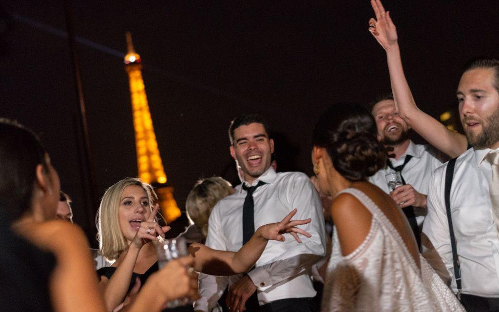 Groupe de personnes devant la tour eiffel à Paris